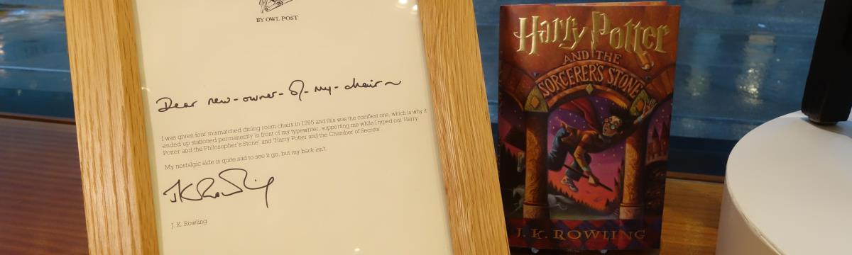 "Rejtélyes dolog történik J. K. Rowling ""Harry Potter""-székével"