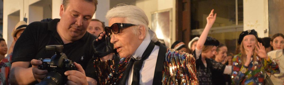 Karl Lagerfeld, ahogy még sosem láttátok – így rázza a divat nagyura