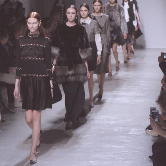 Ki fogtok készülni a párizsi divathét legnagyobb bakijától