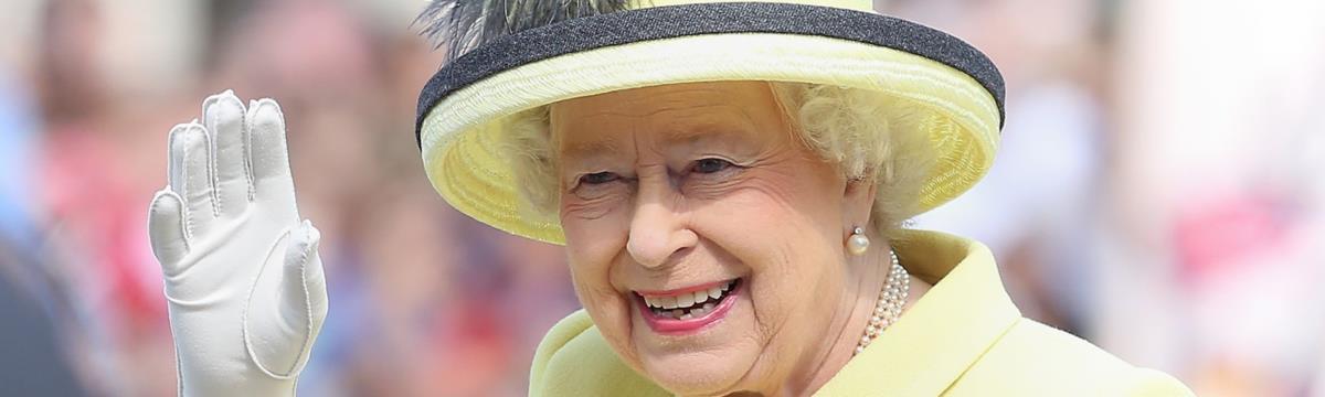 Ritkán látott képek: így fognak kezet kedvenceink Erzsébet királynővel