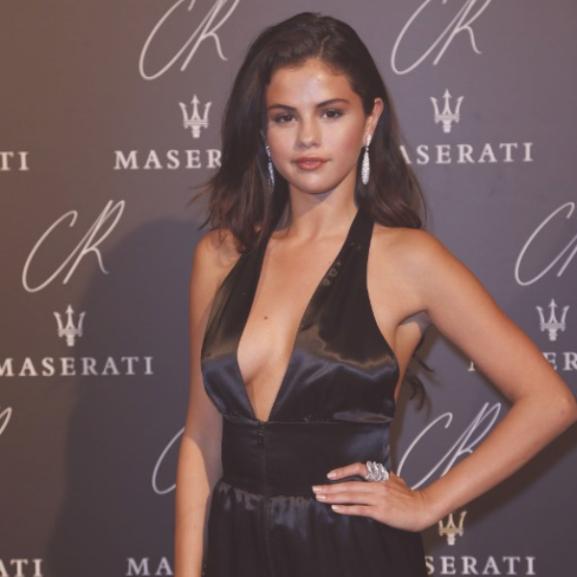 Hol a bugyi, Selena? – Az énekesnő merész szettben pózolt a divathéten