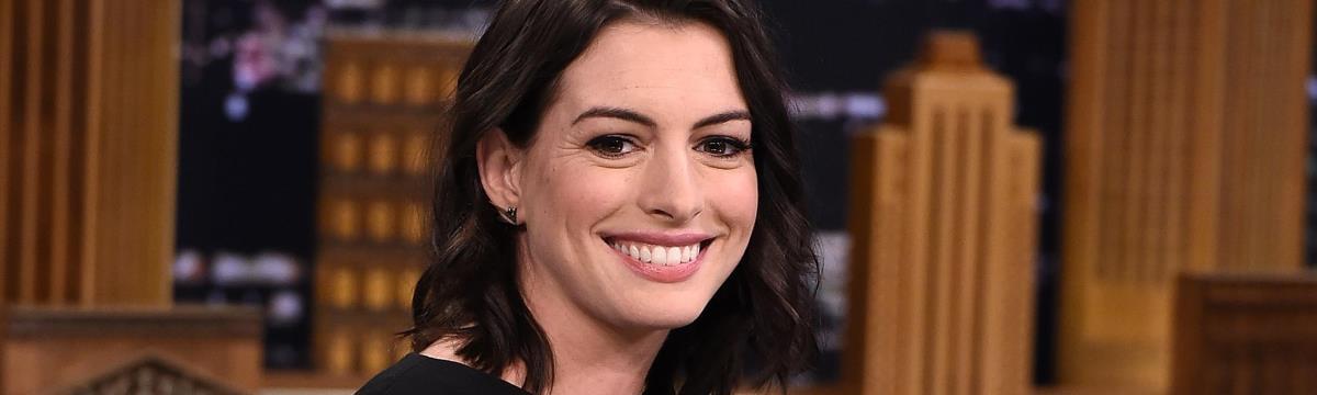 Anne Hathaway kisbabát vár