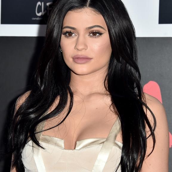 Csináljátok utána! – Kylie Jenner megosztotta telt ajkainak titkát