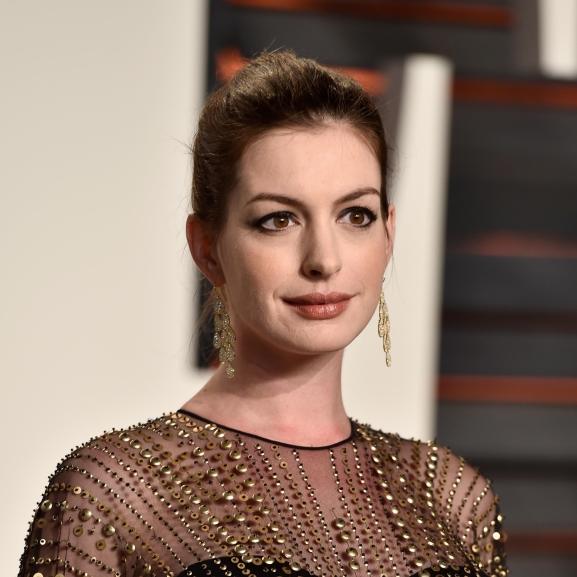 Megszületett Anne Hathaway kisbabája, akinek már a nevét is elárulták!