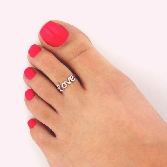 Újra divat a '90-es évek kedvenc ékszere: a lábujjgyűrű
