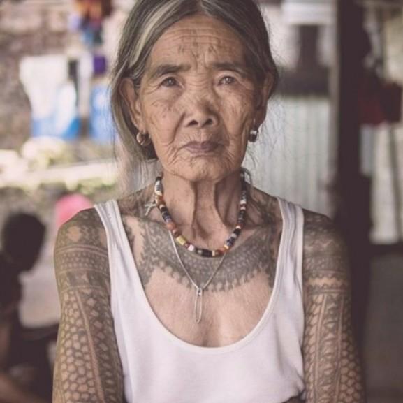 100 éves tetoválóművész