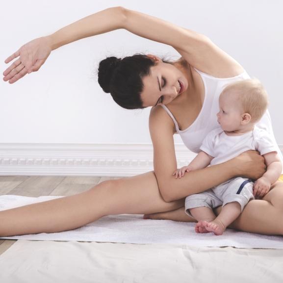 Edzés közben a tréner gyereke simán betotyog a képbe – Ilyen az, ha anya online tornázik