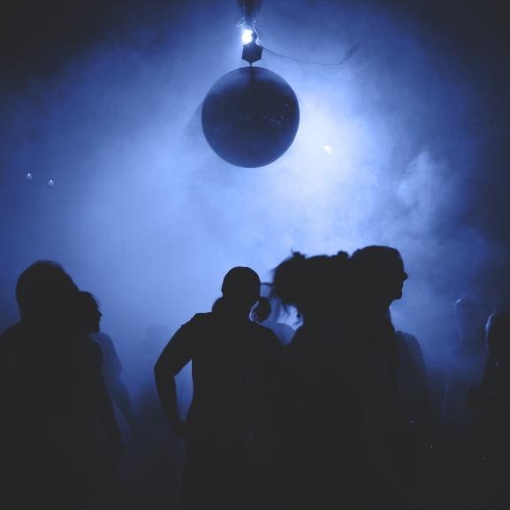 Ez olyan buli, amikor ki sem lehet robbantani az első sorból – Ismerjétek meg a trance-t!