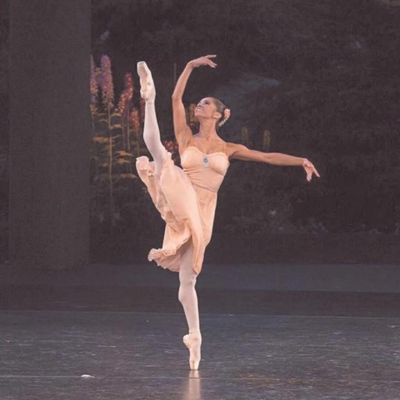 Egy gyönyörű balerina különleges fotóin ámul a világ