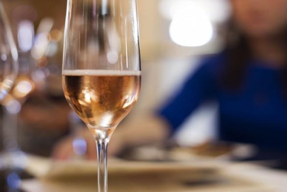 A bontott üveg pezsgő mától nem a lefolyóban végzi!