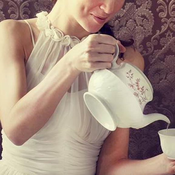 Vajon tényleg egy éhes hercegnőnek köszönhetik az angolok az ötórai teázást? Most kiderül!