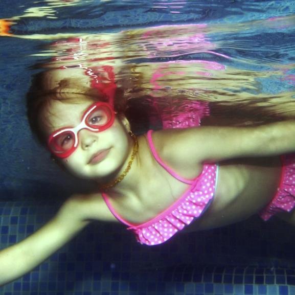 """""""A kicsiktől kapott ölelésnél nincs jobb érzés!"""" – Varga Viven, a baba-mama úszás úttörője mesélt"""