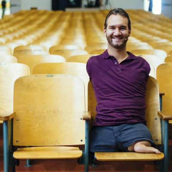Gúnyolódások céltáblájából világszerte ünnepelt motivációs tréner – Nick Vujicic története