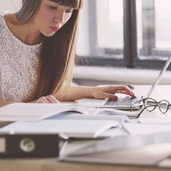 Szuper tippek, hogy kivédjétek az irodai munka káros hatásait