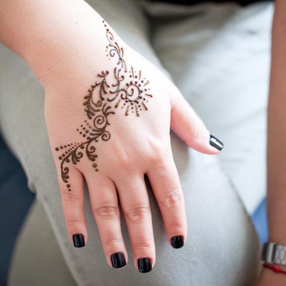 A testdíszítés több, mint egy szép minta megrajzolása – kipróbáltuk a hennafestést