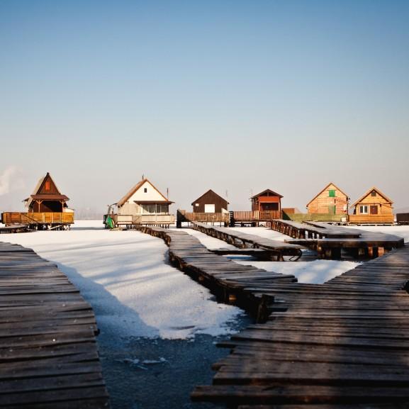 A lebegő falu és a tó, ami idén fagyott be másodjára - Fotósorozat a Bokodi-tóról