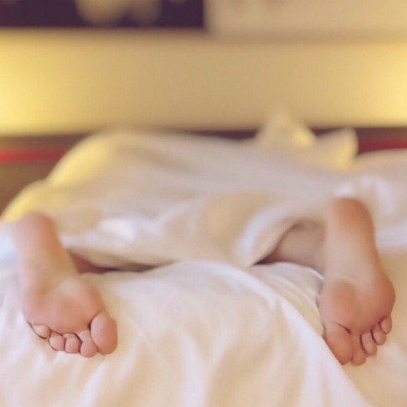 alvás ágy fekszik