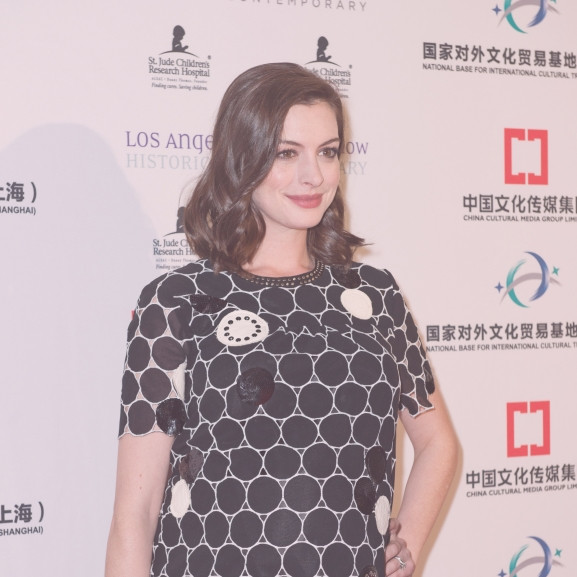 Anne Hathaway ismét frizurát váltott – szőke lett a barna hajú kismama