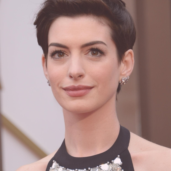 Bikinis fotóval jelentette be terhességét Anne Hathaway