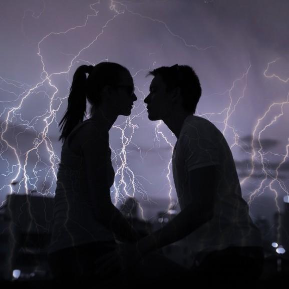 áramütés szerelem kapcsolat