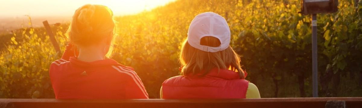 beszélgetés barátnők naplemente