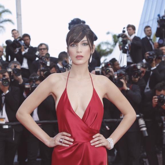 Bella Hadid bugyitapaszban vonult a cannes-i vörös szőnyegen