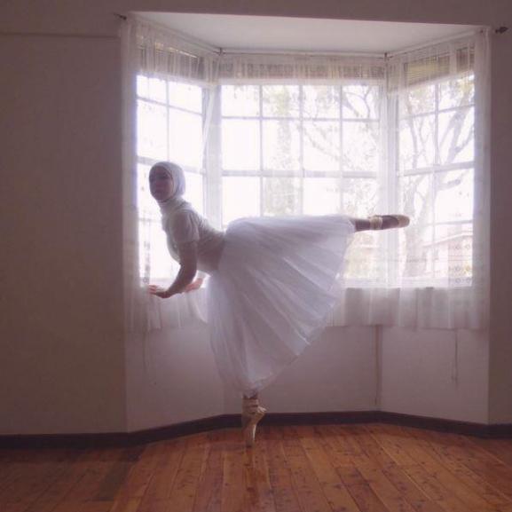 Ismerjétek meg a világ első, hidzsábot viselő balett-táncosát!