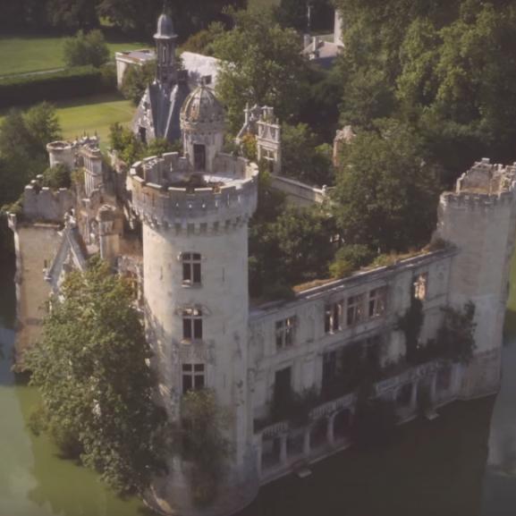 Ebben a meseszép francia kastélyban a természet vette át az uralmat