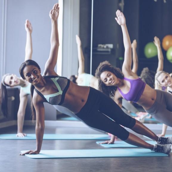 csoportos edzés lányok nyújtás gyakorlatok
