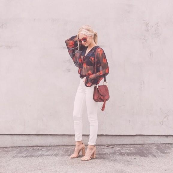 divat trend outfit fehér nadrág blúz
