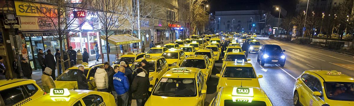 Hatalmas a káosz a belvárosban – taxisok bénították meg a forgalmat