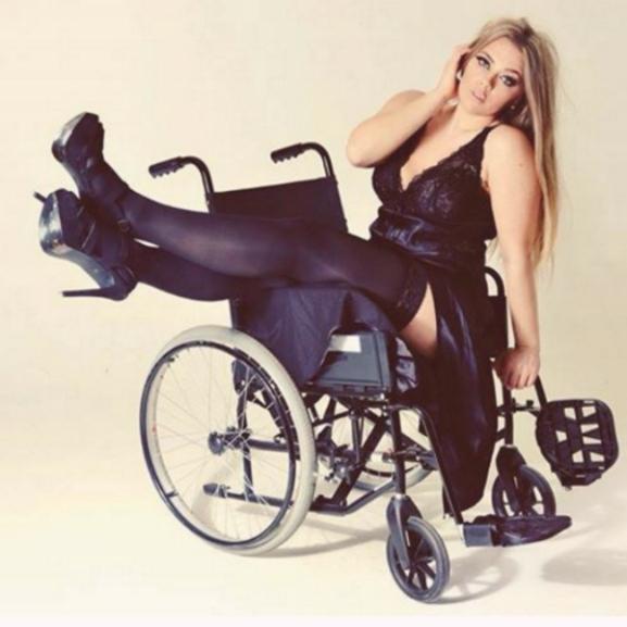 A mozgássérült lány felállt a kerekes székből, és plus-size modell lett belőle