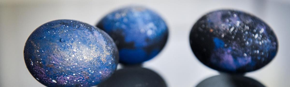Galaxis útikalauz stopposoknak – avagy így fessetek égboltot a tojásra!