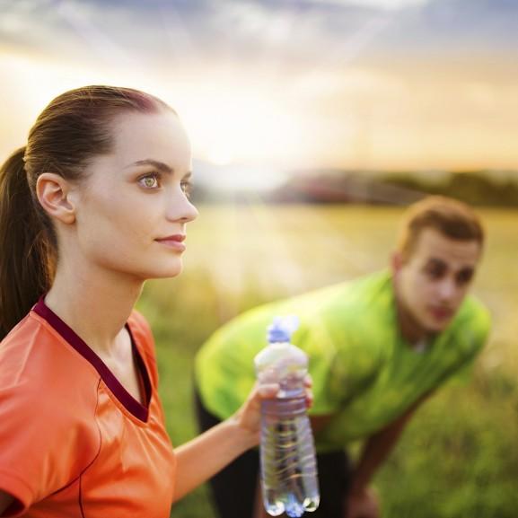 edzés pár férfi nő futás víz
