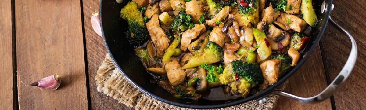 Egyedényes fokhagymás csirkefalatok sok zöldséggel