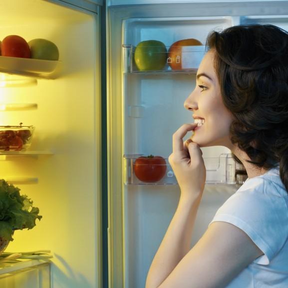 éhes hűtő eszik