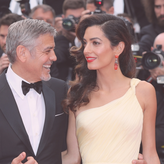 Amal Clooney csupasz lábai a cannes-i szél első áldozata