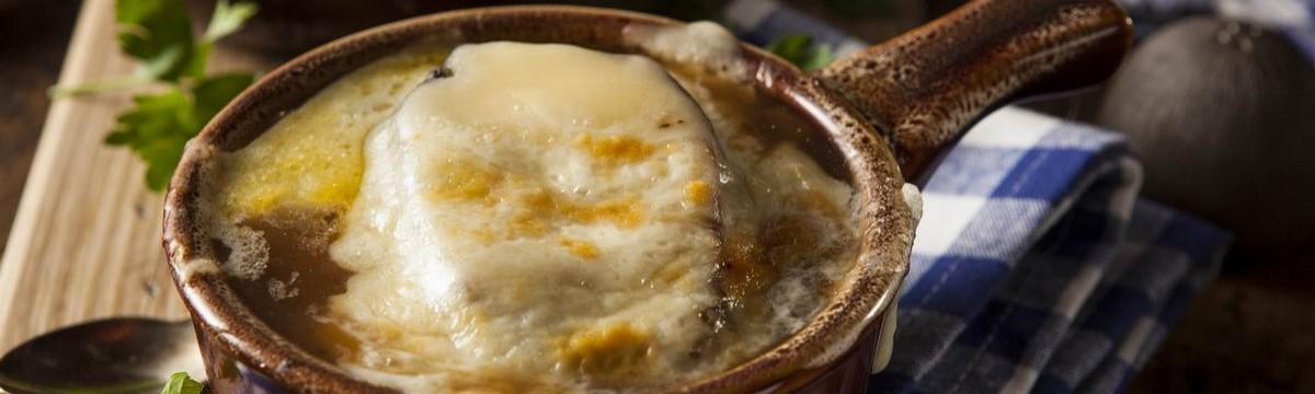 Francia hagymaleves vele sült sajtos pirítóssal