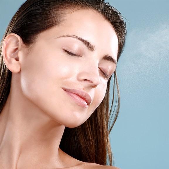 Frissít, fixál, táplál, élénkít - Így használjátok az arcpermetet