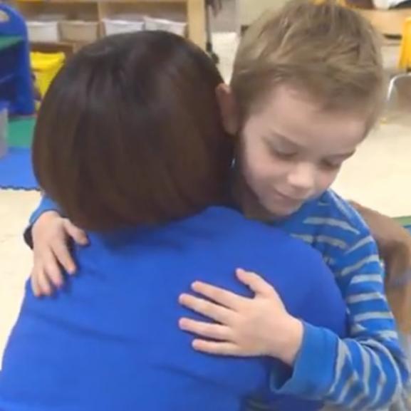 Szívszorító: súlyos beteg óvó nénijén segített a 4 éves