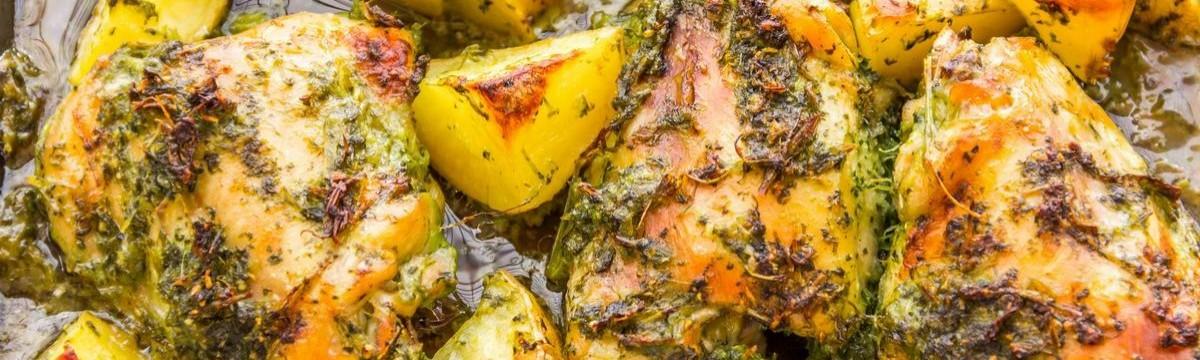 Fűszeres tepsis csirke krumplival, omlós-ropogósan
