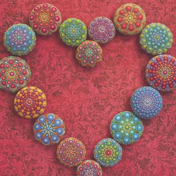 Eljött a kikapcsolódás ideje: kövekre festett mandalák hozzák el a belső békét