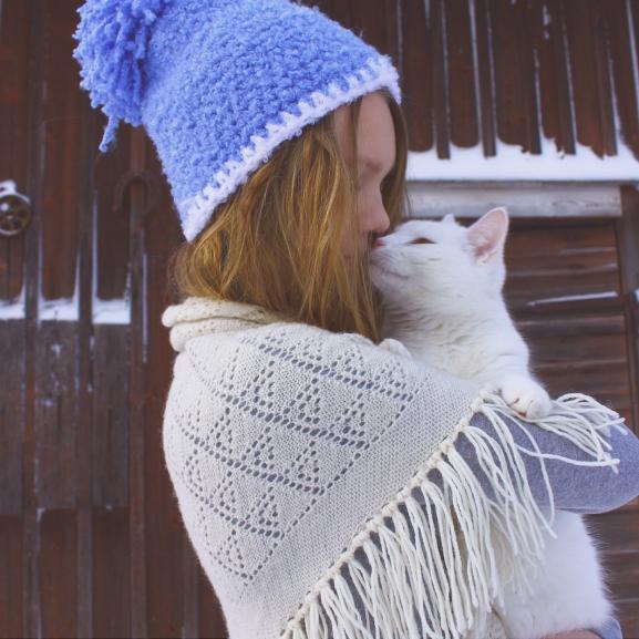 Az autista kislány és cicája mindent együtt csinálnak – Egy különös barátság története