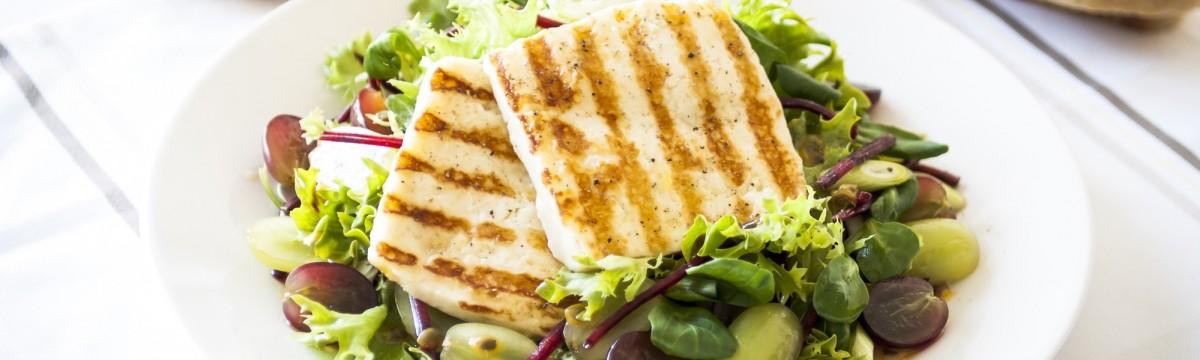 Grillezett sajt halloumi salátával villámfogas egészségesen