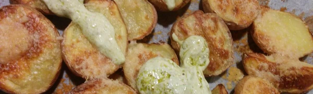 Héjában sült krumpli pestóval és parmezánnal