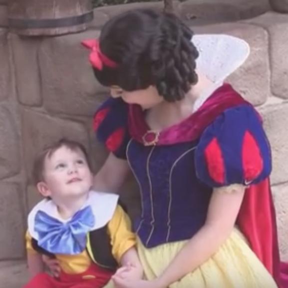 Olvadozunk: a kétéves autista kisfiú beleszeretett Hófehérkébe