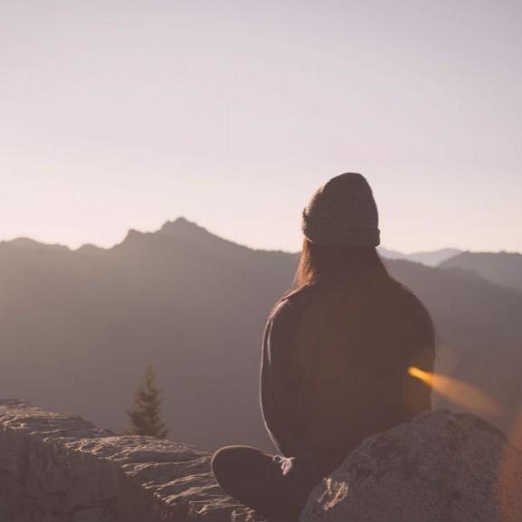 introvertalt-egyedul-hegy-gondolatok-lany-sapka