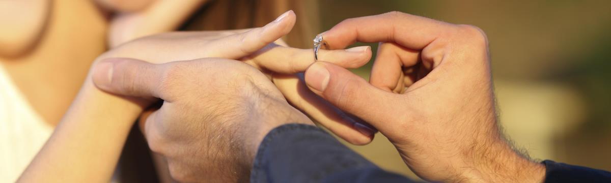A zafír az új gyémánt: káprázatos eljegyzési gyűrűk