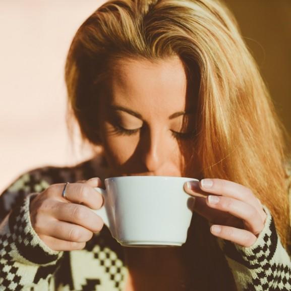 kávé nő iszik