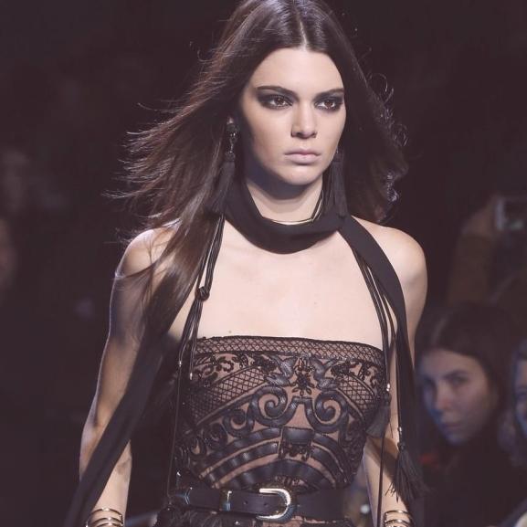 Kendall Jenner tovább uralja a kifutót – így festett a párizsi divathéten